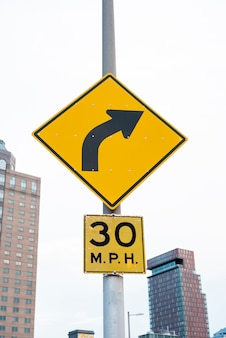 ぼやけた街背景の道路標識