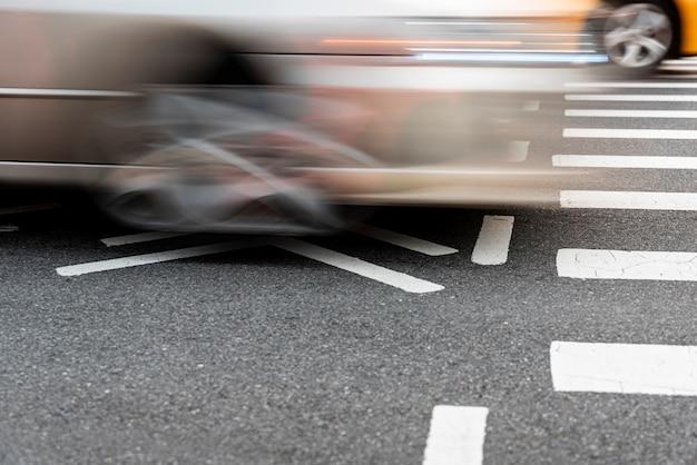 道路のクローズアップで交差する車
