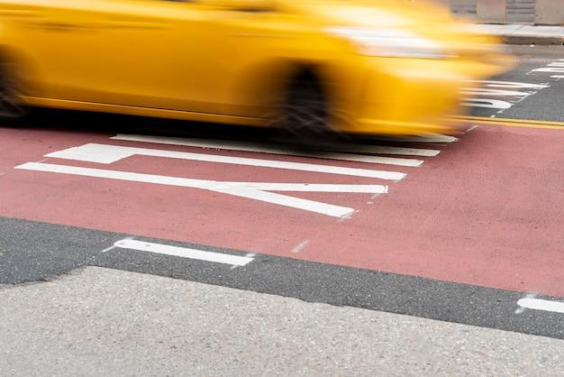 Движущаяся желтая машина по городу