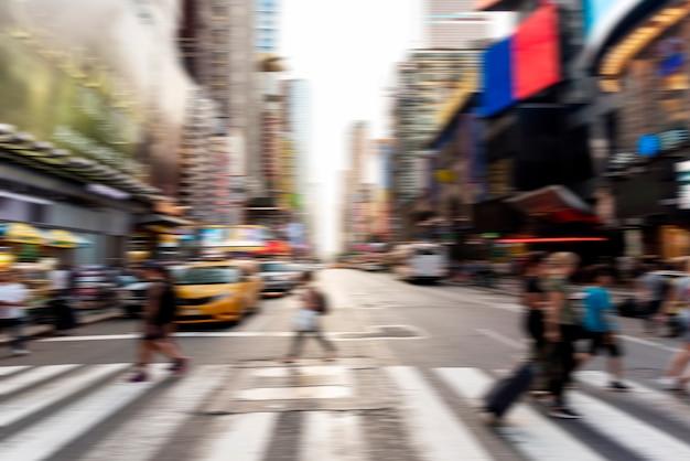 ぼやけている人々が通りを横切って