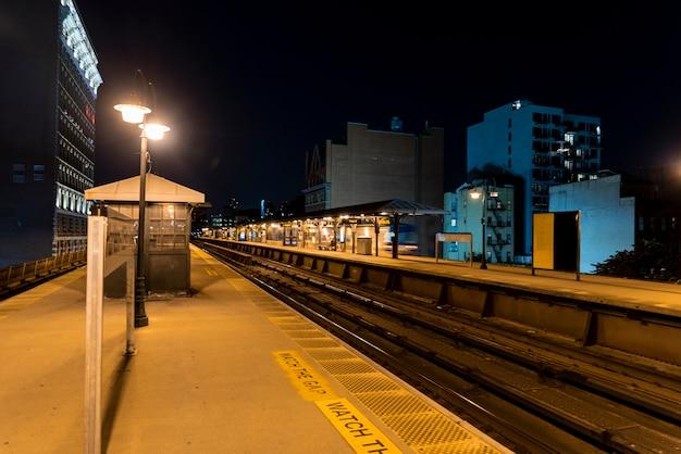 夜の街の鉄道駅