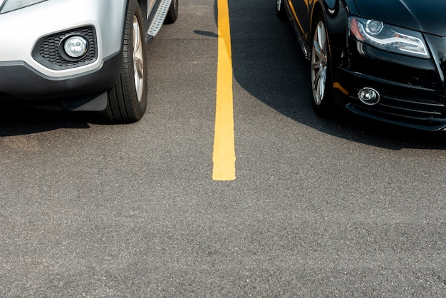Автомобили на парковке вид спереди