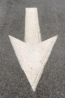 通りの矢印の看板