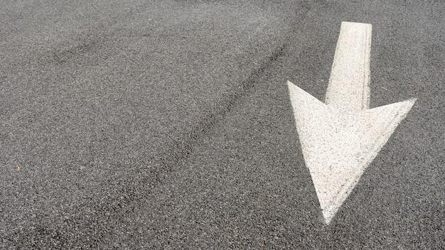 コピースペースを持つストリート矢印看板
