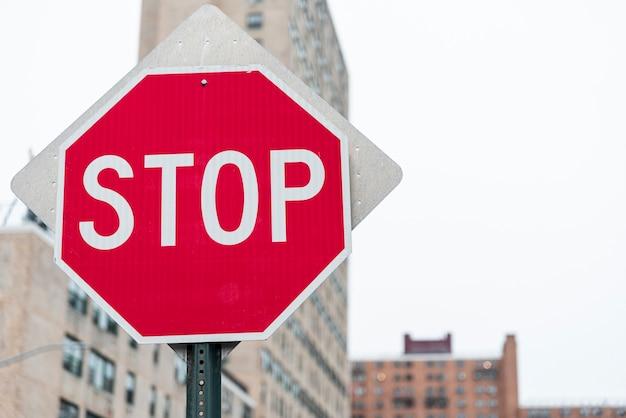 背景をぼかした写真を一時停止の標識のクローズアップ