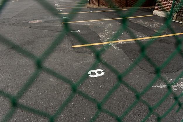 フェンスを通して見た駐車場の背景