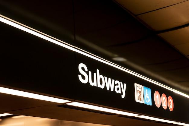 地下鉄サインのクローズアップの側面図