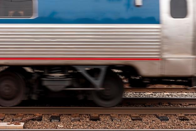 レールの正面の電車
