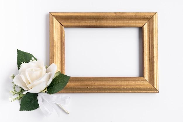 白い花を持つフラットレイフレームモックアップ