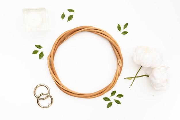 白い花と枝編み細工品サークル