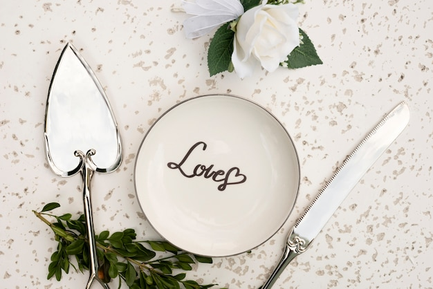 Вид сверху свадебная тарелка со столовыми приборами