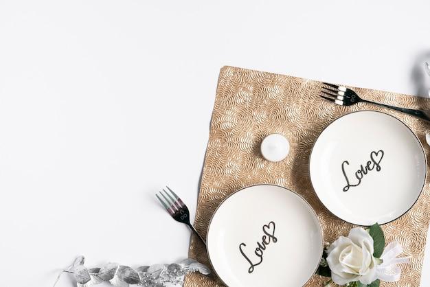 Вид сверху на свадебные тарелки с белым фоном