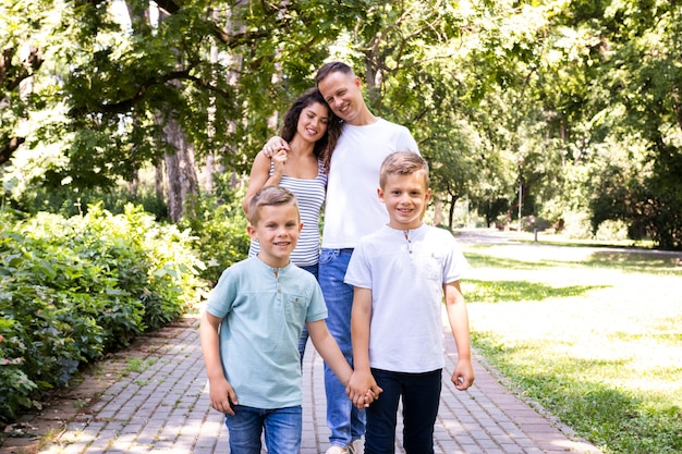 Прекрасная семья, проводящая время в парке