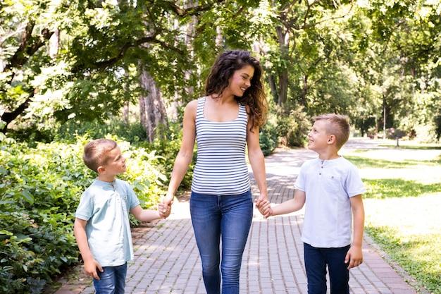 公園で二人の息子を持つ母