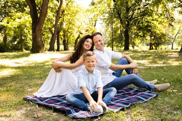 Прекрасная семья, проводящая время на улице