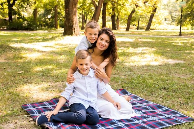 Мать позирует с сыновьями