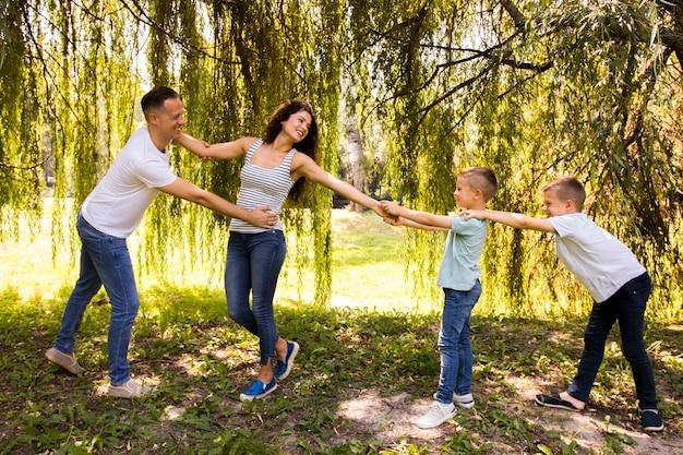 家族は公園で一緒に遊んで