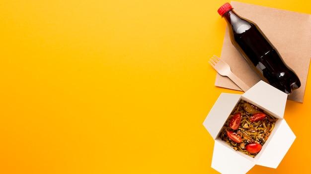 Боком азиатское блюдо с копией пространства
