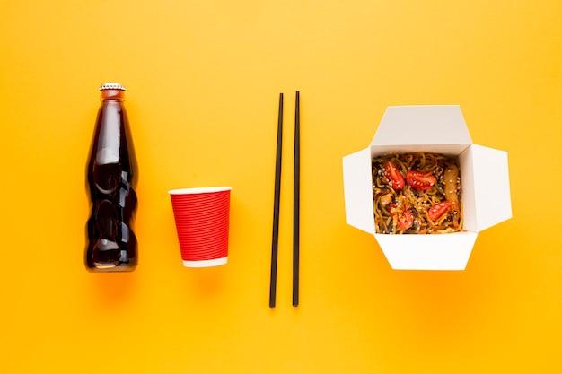 中華料理と飲料のボトル