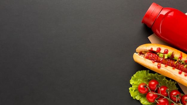 黒のコピースペースの背景を持つ屋台の食べ物