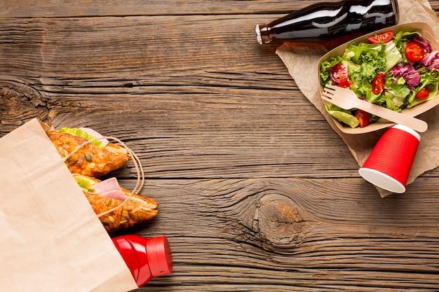 コピースペースサンドイッチとサラダ