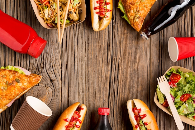 Уличная еда кадр на деревянном фоне