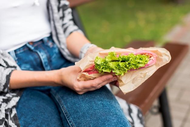 クローズアップフォーカスサンドイッチから新鮮なレタス