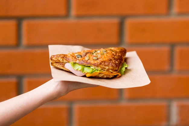 Вкусный бутерброд с размытой кирпичной стеной