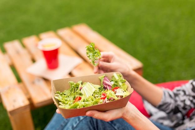 Крупным планом вкусный салат с размытым фоном