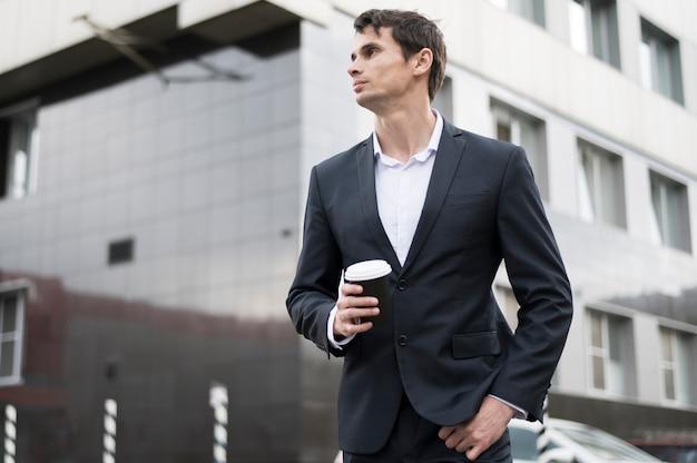 コーヒーを飲みながら休憩のビジネスマン