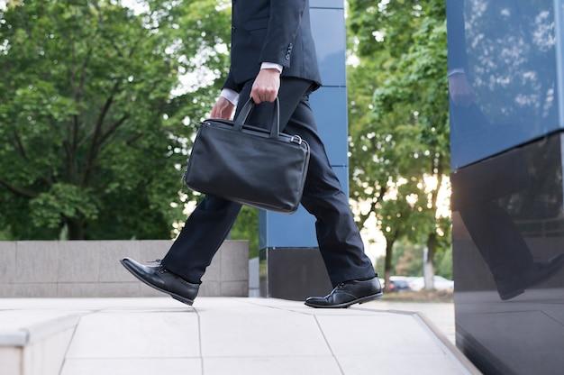 ハンドバッグを持つ男の側面図