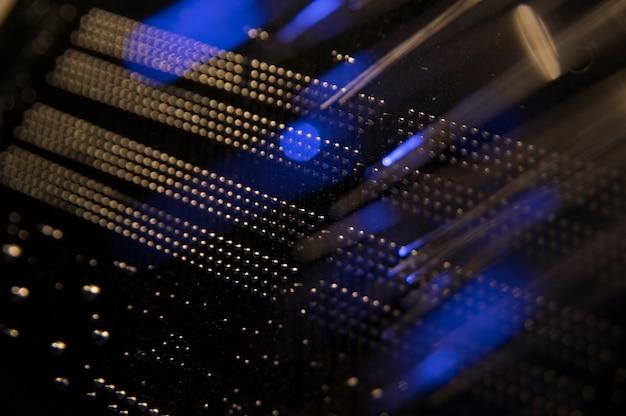 Вид сзади сетевого коммутатора с кабелями