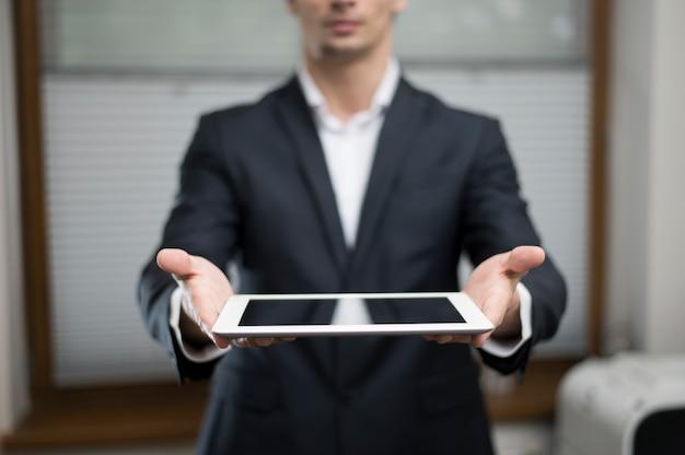 タブレットを保持している実業家の正面図