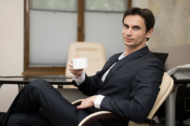 コーヒーマグで休憩の男