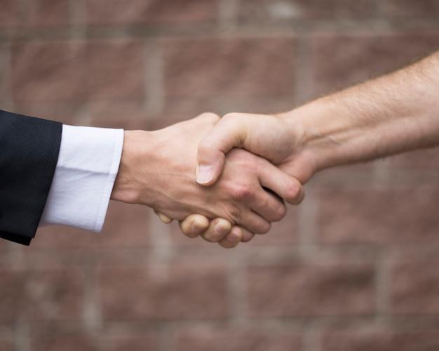 契約を結ぶ男の側面図