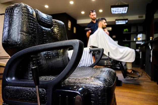 Вид сбоку кожаного стула парикмахерской