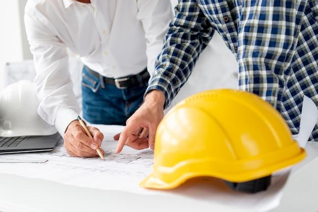 新しいプロジェクトを議論する建築家