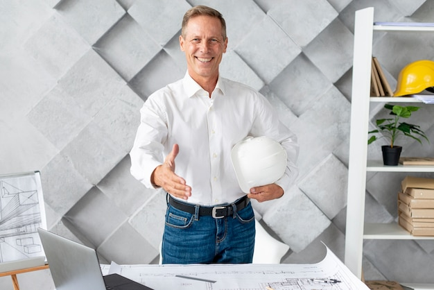 握手を与える建築家