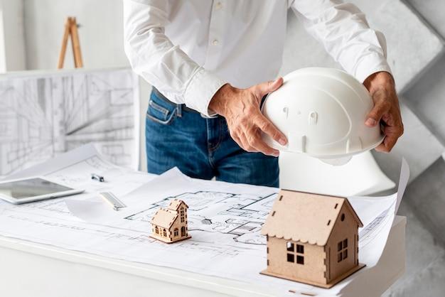Человек среднего роста, работающий над архитектурным проектом