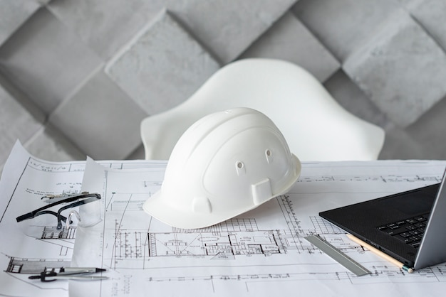 Архитектурный стол с рабочими инструментами