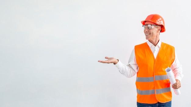 Вид спереди смайлик архитектор с белым фоном