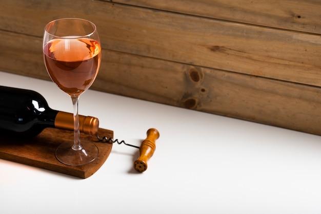 Высокий вид розовое вино в бокале