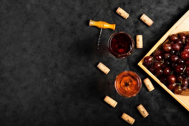 スレートの背景を持つワインのトップビューメガネ