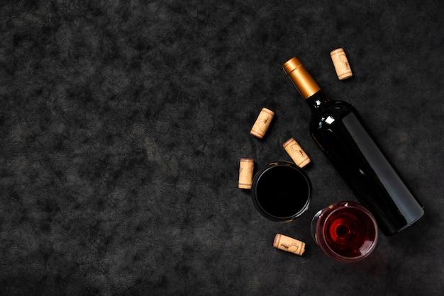 Вид сверху бутылка вина с шиферным фоном