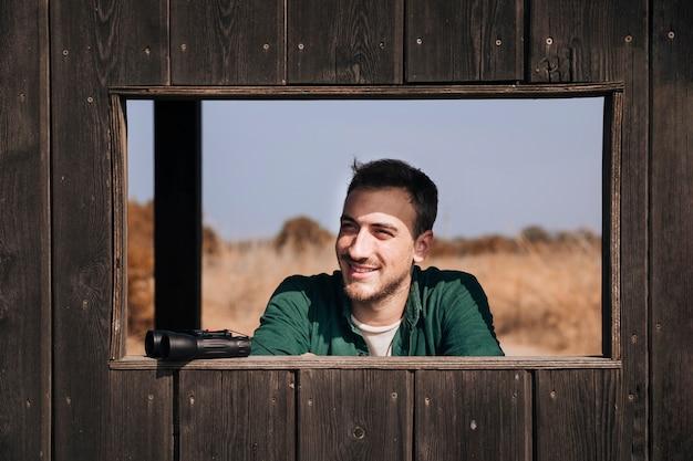 笑みを浮かべて男の正面の肖像画
