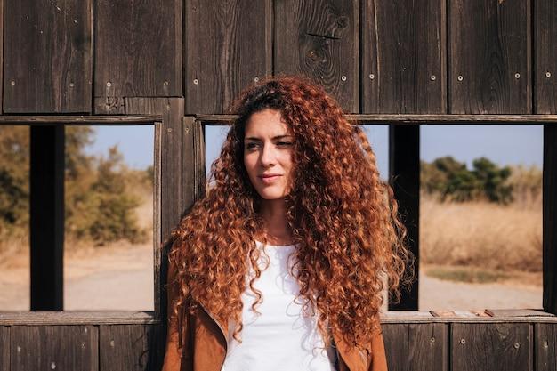 正面巻き毛赤毛の女性