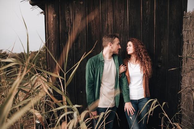正面を見てカップルお互いを見て