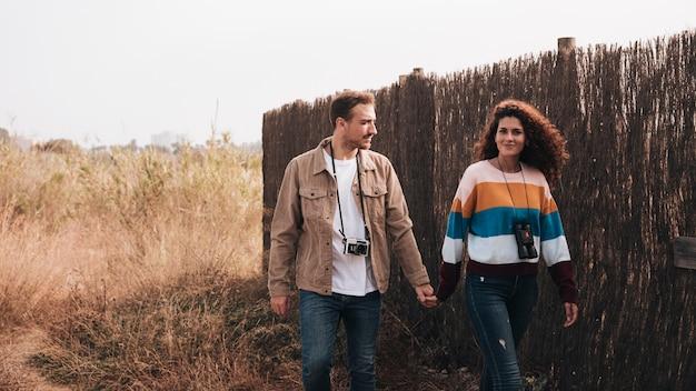 フロントビュー幸せなカップルが歩いて