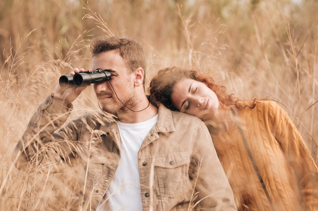 フロントビューカップル麦畑に立っています。
