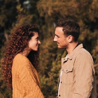 横に立っているカップルお互いを見て